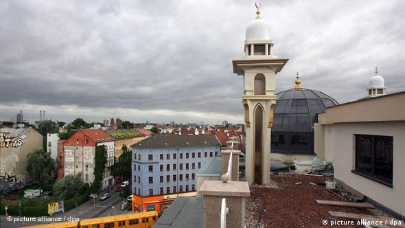 Minarette auf dem Dach des Neubaus der Khattab-Moschee des Islamischen Vereins für wohltätige Projekte in Berlin-Kreuzberg.