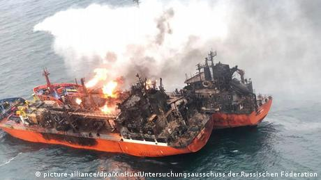 A fire on the Candy and Maestro tankers in the Strait of Kerch (picture-alliance/dpa/XinHua/Untersuchungsausschuss der Russischen Föderation)