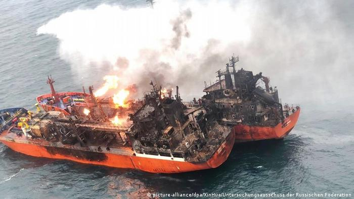 A fire on the Candy and Maestro tankers in the Strait of Kerch (picture-alliance/dpa/XinHua/Untersuchungsausschuss der Russischen Föderation)