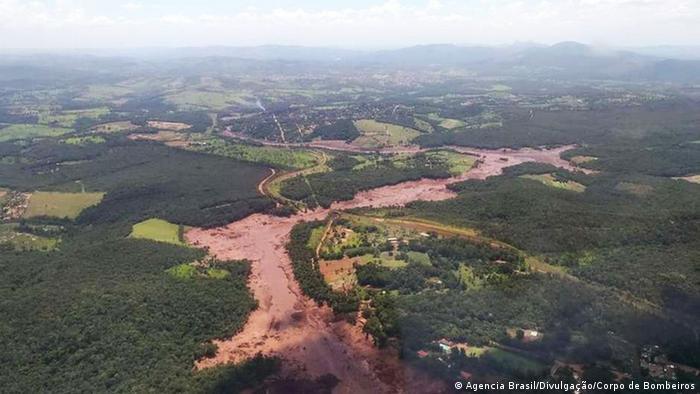 Schlammwelle nach Dammbruch in Eisenerzmine Brasiliens