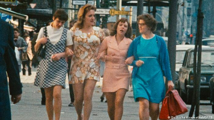 Film still shows four women walking down the street in 1970s clothing (Deutsche Kinemathek/DFFB)