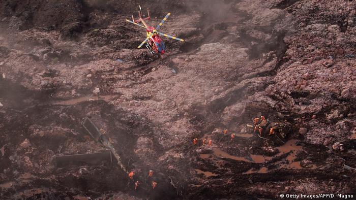 Helicóptero sobrevoa área de desastre da Vale em Brumadinho