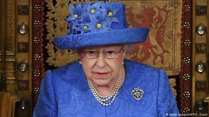 UK Brexit l Queen Elisabeth mit Europa-Hut (Getty Images/AFP/C. Court)