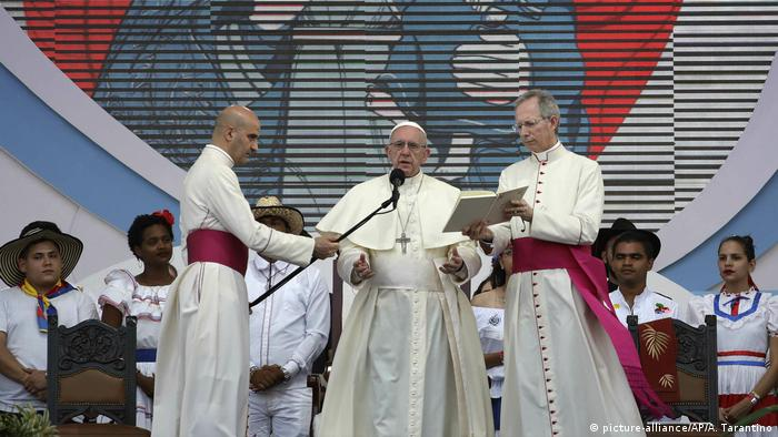 Pope Francis reads onstage during World Youth Day in Panama (picture-alliance/AP/A. Tarantino)