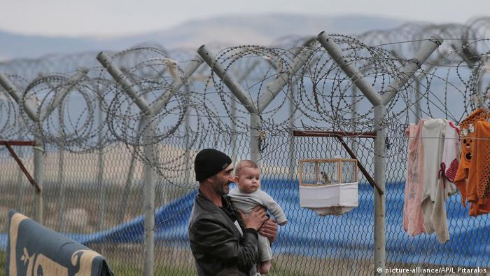 Un hombre y un bebé en un campamento de refugiados en Turquía.