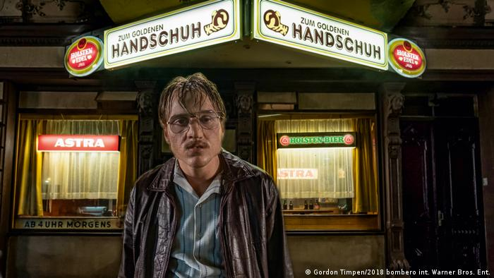 film still The Golden Glove, man in front of a bar of that name.(Gordon Timpen/2018 bombero int. Warner Bros. Ent.)
