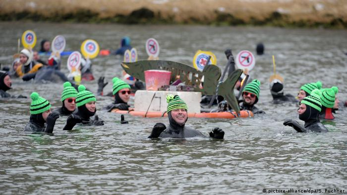 People participate in a 400-meter swimming race in the Danube River in Neuburg, Germany in winter (picture-alliance/dpa/S. Puchner)