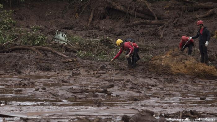 Bombeiros procuram por vítimas em meio à lama da tragédia em Brumadinho, em janeiro de 2019