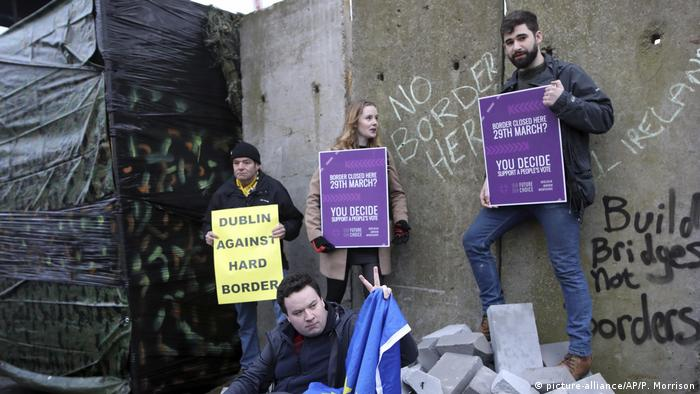 Brexit demonstrators in Newry (picture-alliance/AP/P. Morrison)