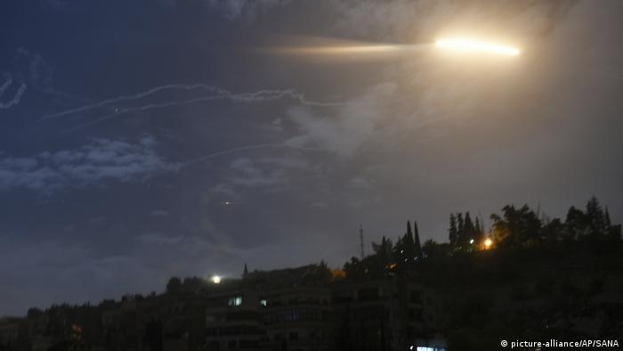 Syrien, Damaskus: Raketen in der Nähe des Flughafens (picture-alliance/AP/SANA)