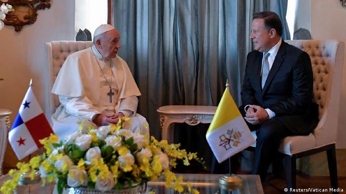Kushoto: Papa Francis alipokutana na rais wa Panama Juan Carlos Varel