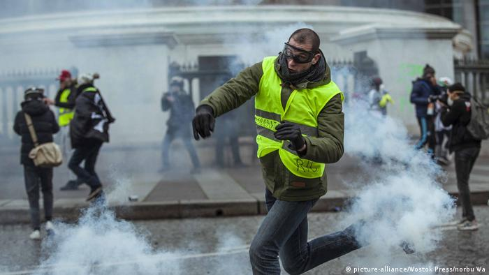 Clashes erupted between the police and the movement of yellow vests in Paris