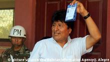 27.01.2019 HANDOUT - 27.01.2019, Bolivien, Chapare: Dieses von der Bolivian Information Agency zur Verfügung gestellte Bild zeigt Evo Morales, Präsident von Bolivien, bei der Stimmabgabe in der Villa 14 de Septiembre. Präsident Morales hofft bei den Präsidentschaftswahlen seine vierte Amtszeit zu erringen. Foto: Jonas Alegre/Bolivian Information Agency/AP/dpa - ACHTUNG: Nur zur redaktionellen Verwendung und nur mit vollständiger Nennung des vorstehenden Credits +++ dpa-Bildfunk +++