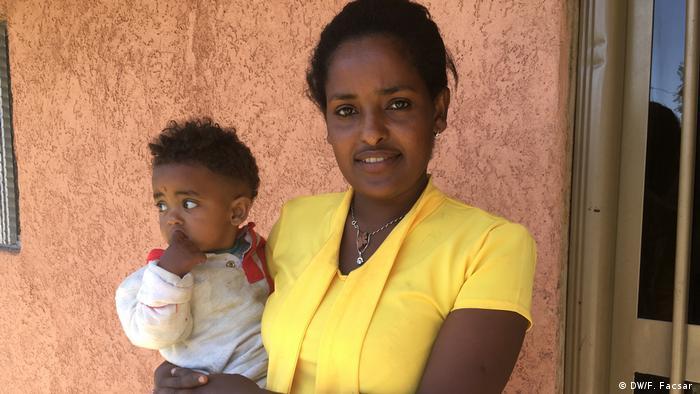 Ethiopian nurse Meaza Azazew holds herbaby boy (DW/F. Facsar )