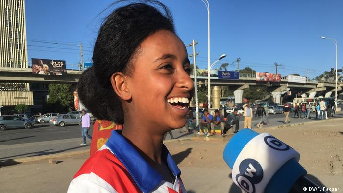 A young Ethiopian football player talking into a DW microphone (DW/F. Facsar )