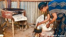 Äthiopien Frau kocht in ihrer Hütte in Tsheay