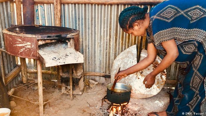 A woman cookingin a hut in the Etuiopianvillage of Tsheay (DW/F. Facsar )