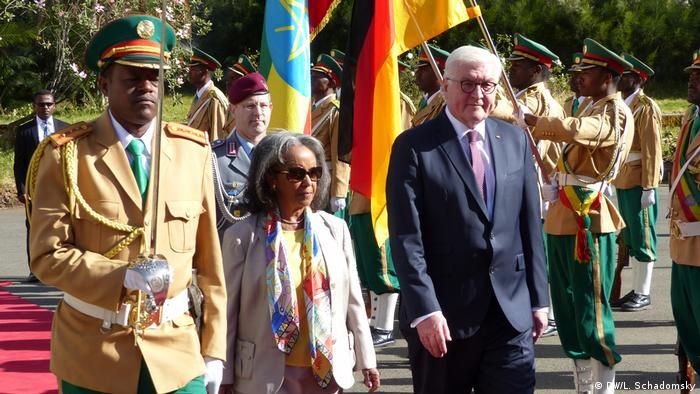 Bundespräsident Frank-Walter Steinmeier und Äthiopiens Präsidentin Sahle-Work Zewde schreiten die militärische Ehrenformation ab (Foto: DW/L. Schadomsky)