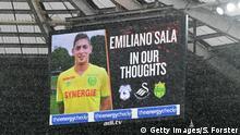Großbritannien FA Cup   Swansea City vs. Gillingham   Blumen für Emiliano Sala