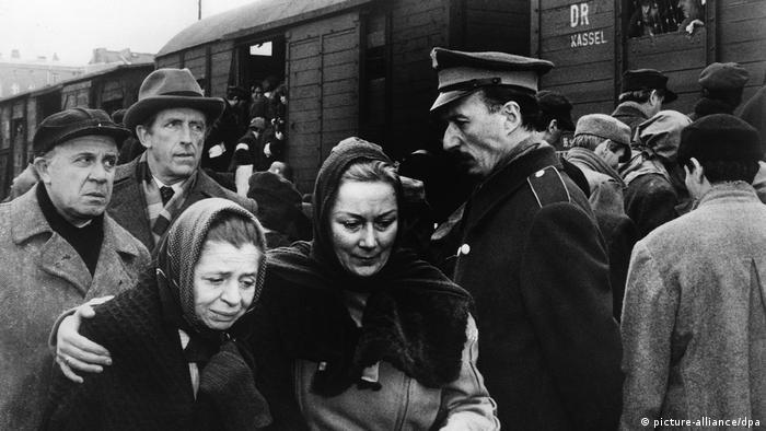 Chegada ao campo de concentração de Auschwitz, em cena de Holocausto