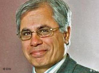 احمد علوی اقتصاددان، میگوید حداقل میزان تورم سال ۹۰، ۲۵ درصد  است