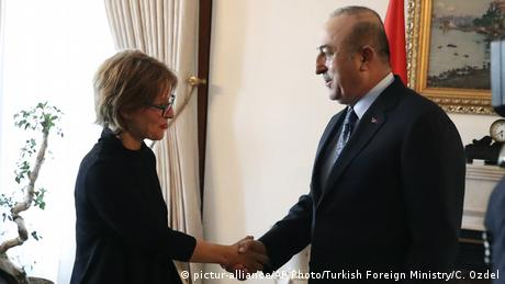 UN human rights expert Agnes Callamard shakes hands with Turkish Foreign Minister Mevlut Cavusoglu in Ankara (pictur-alliance/AP Photo/Turkish Foreign Ministry/C. Ozdel)
