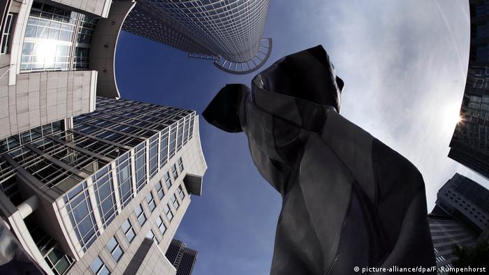 View from the ground up of a collar and tie sculpture (picture-alliance/dpa/F. Rumpenhorst)