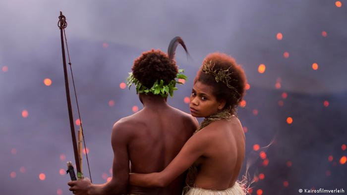 A couple in a film still from the movie Tanna (Kairosfilmverleih)