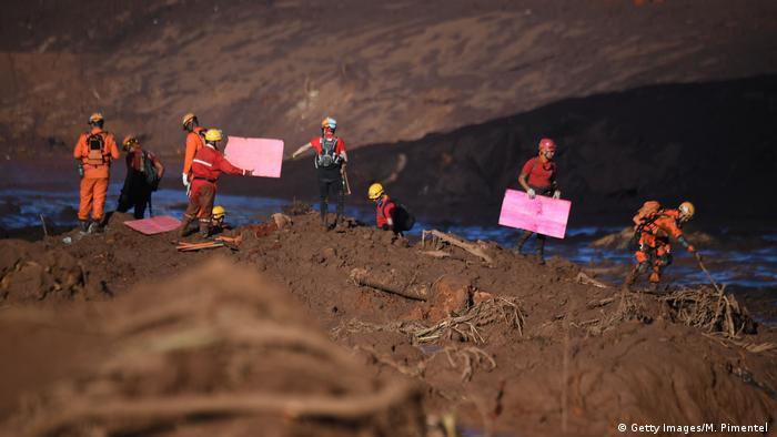 Bombeiros trabalham após desastre em Brumadinho