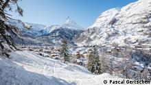 Schweiz verschneites Bergdorf am Matterhorn