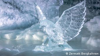 Schweiz Zermatt, Gletscherpalast, Adler aus Eis