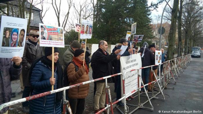 Deutschland Demonstration vor der iranischen Botschaft in Berlin