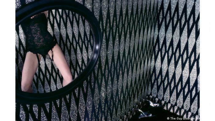 відображення напівоголеної жінки в дзеркалі, фотографія Гі Бурдена, Guy Bourdin