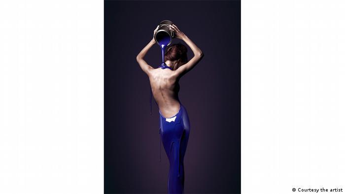 жінка обливається фарбою, фотографія Крістофа Гілберта, Christophe Gilbert