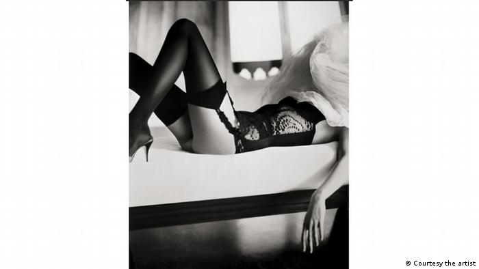 Жінка у відвертій білизні на ліжку із закритим обличчям, фотографія Маріно Парізотто, Marino Parisotto