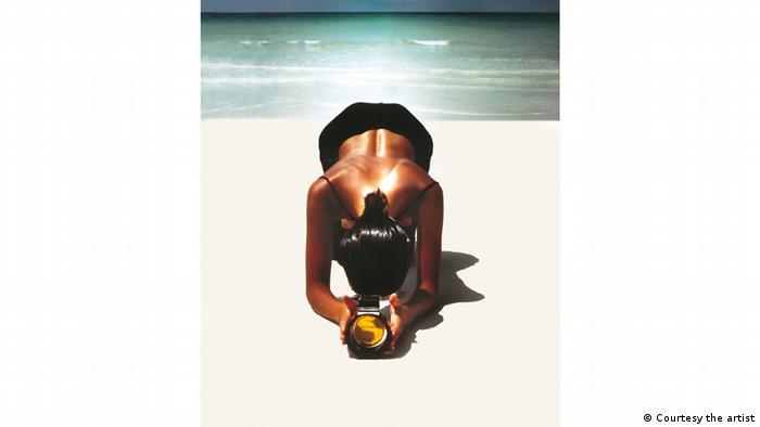 Жінка у вигнутій позі на пляжі, реклама парфумів, фото Жан-Даніель Лор'є, Jean-Daniel Lorieux