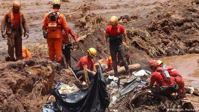 Equipes de busca procuram por vítimas na lama de Brumadinho