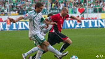 Wolfsburgs Misimovic im Zweikampf mit Hannovers Riether. Foto: AP