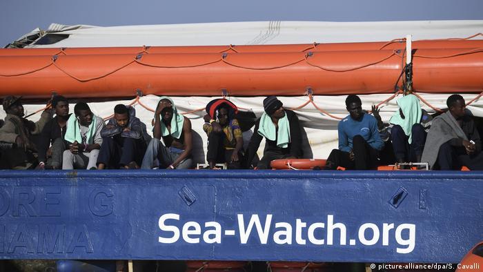 Italien, Syrakus: Flüchtlingsschiff «Sea Watch» vor Küste von Sizilien