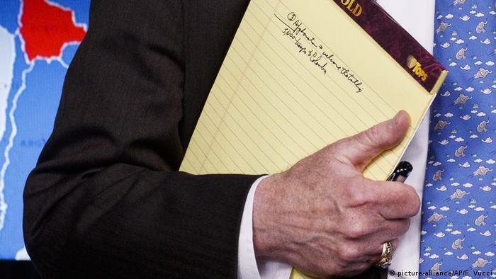 USA, Washington: John Bolton mit Notizblock