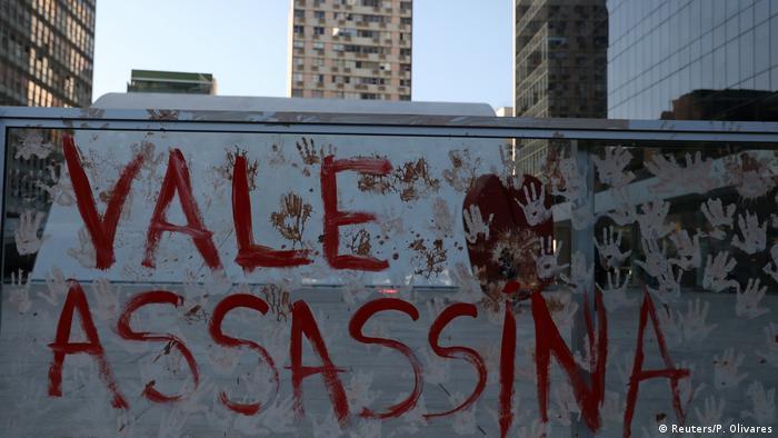 Protesto diante da sede da Vale em São Paulo