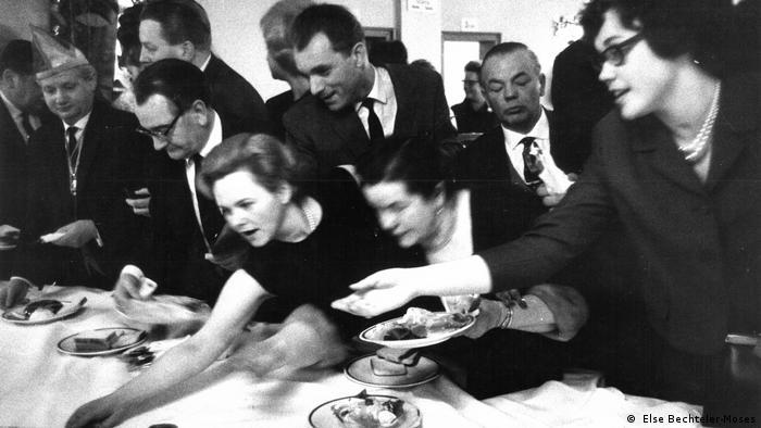 Stefan Moses exhibition: people grabbing food at a buffet ( Else Bechteler-Moses)
