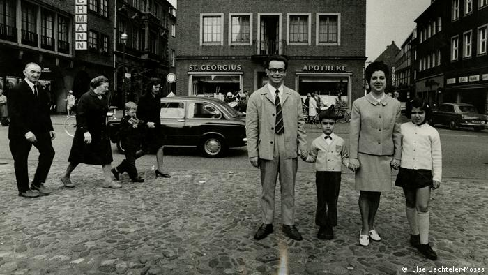 Stefan Moses exhibition, photo of family on a Sunday outing ( Else Bechteler-Moses)