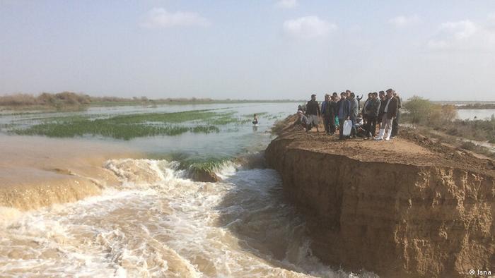 خوزستان که تابستان به دلیل ریزگردها مدارس آن تعطیل میشد، این بار آبگرفتگی و سیل سراغ این استان نفتخیر کشور آمده است.