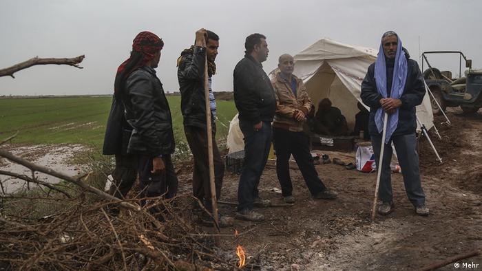 کمکهای امداد رسانی برای بسیاری از روستاییان و کشاورزان بسیار دیر رسید. مردم در مقابل سیل برای نجات زمینهای زراعی خود، با دست خالی دست به کار شدند.