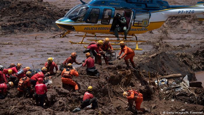 Bombeiros procuram vítimas nas proximidades da cidade de Brumadinho