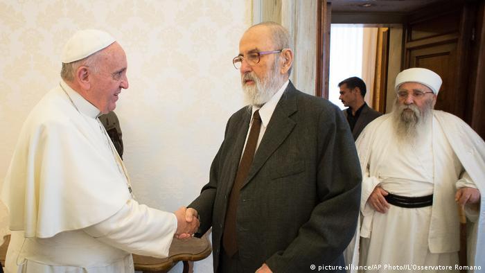 Vatikan Papast Franziskus mit Tahsin Said Ali Beg (picture-alliance/AP Photo//L'Osservatore Romano)
