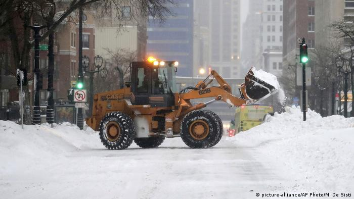 A plow removes snow from the streets in Milwaukee (picture-alliance/AP Photo/M. De Sisti)