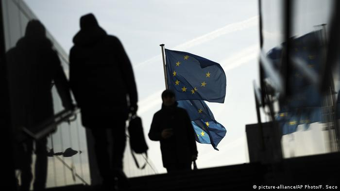 EU flags placed outside European Commission headquarters (picture-alliance/AP Photo/F. Seco)