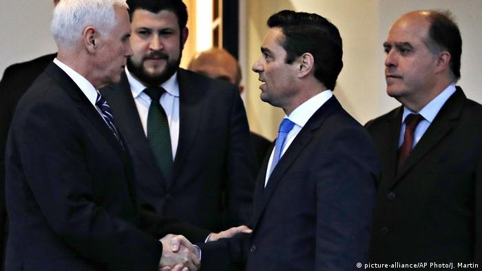 El secretario de Estado estadounidense, Mike Pence, estrecha la mano de Carlos Vecchio, representante de Guaidó en Estados Unidos (29.01.2019)
